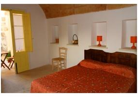 foto di una allegra camera da letto finemente arredata in salento precisamente in Ruggiano di Salve