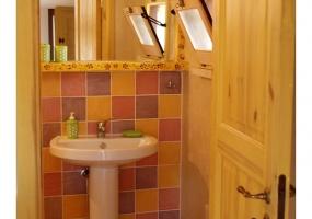 foto di un bagno da poco realizzato dai mille colori di un antico palazzo in salento ubicato precisamente in Ruggiano di salve