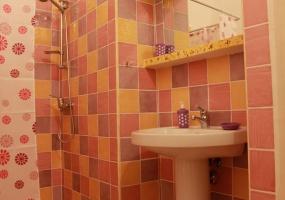 foto di un bagno multicolore che da un tocco di allegria ad un palazzo antico ristrutturato situato in salento e precisamente in Ruggiano di Salve