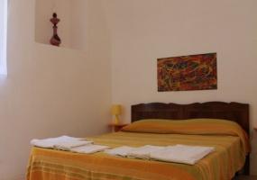 foto di una camera matrimoniale arredata con mobili antichi camera di un palazzo antico che si trova in salento precisamente in Ruggiano di Salve