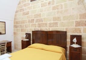 foto della camera da letto arredata con mobili tipici salentini appartenente ad un palazzo antico in Ruggiano frazione di Salve