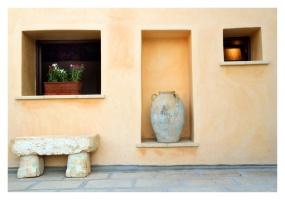 foto di una antica panchina in pietra e di un vaso antico tipico salentino oggetti conservati in un palazzo antico in Ruggiano di Salve