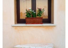 foto di una finestra antica salentina restaurata con competenza all' interno di un palazzo storico in salento precisamente in Ruggiano di Salve