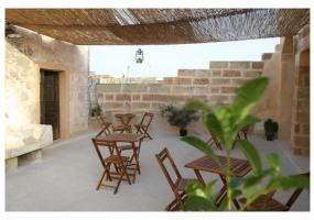 foto della veranda con tavoli e sedie con verde e piante parte di un palazzo storico in salento precisamente in Ruggiano frazione di Salve