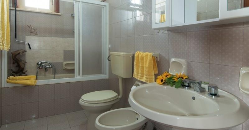 nella foto vedo un bagno di una casa vacanze in Torre Vado
