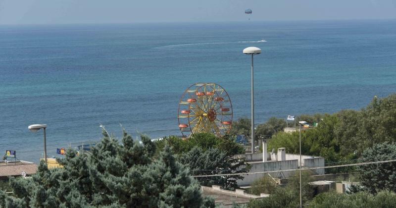nella foto si vede la vista panoramica che si ha guardando  dal balcone la marina di torre vado