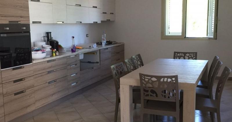 nella foto vediamo una cucina arredata con gusto ubicata in Pescoluse