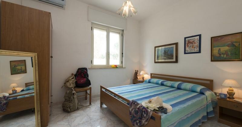 nella foto vedo una camera da letto di una casa vacanze in salento precisamente in torre vado