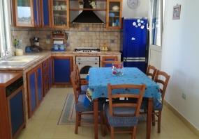 nella foto vediamo una cucina in salento finemente arredata