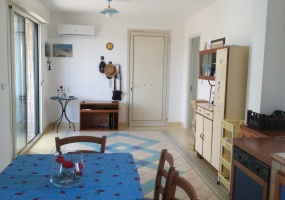 nella foto vediamo una parte di una cucina in una casa vacanze in puglia precisamente in Pescoluse marina di Salve