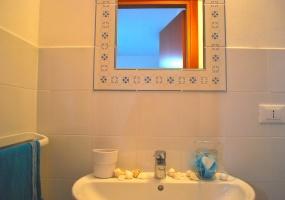 nella foto vediamo un bagno di un appartamento in vendita in salve vicino alla marina di pescoluse