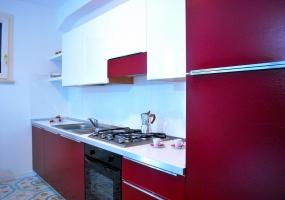 nella foto vediamo una cucina di colore rosso