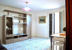 nella foto vediamo il luminosissimo soggiorno dell' appartamento in salve