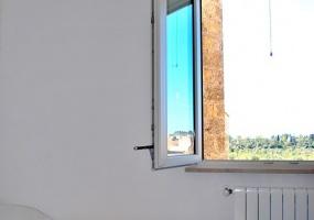 nella foto vediamo una finestra dell' appartamento in salve