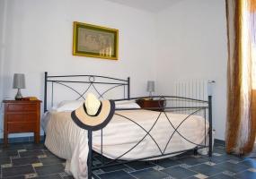 nella foto vediamo una camera da letto con letto in ferro battuto