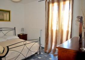 nella foto vediamo una camera da letto finemente arredata in un appartamento in salve