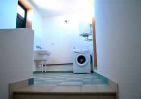 nella foto vediamo uno spazio adibito a lavanderia in una casa in vendita in salve