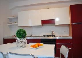 nella foto vediamo la cucina dell' appartamento in sale a pochi chilometri dallo splendido mare di pescoluse