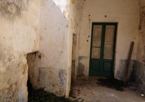 nella foto vediamo l' ingresso di una casa antica tipica salentina