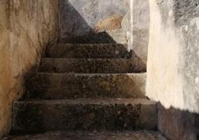 nella foto vediamo una parte di una casa antica in salento una scala che porta al primo piano