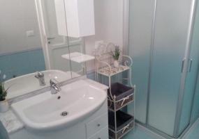 nella foto vediamo un bagno con doccia di una casa in salento