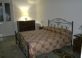 nella foto vediamo una camera da letto di una casa in vendita in salve nello splendido salento
