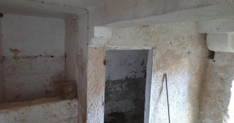 nella foto vediamo un antico ricovero di animali in una casa antica al centro del paese