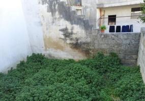 nella foto vediamo un giardino nella parte posteriore di una casa da ristrutturare in morciano di leuca