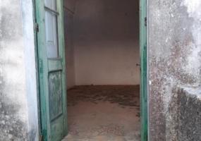 nella foto vediamo una porta antica da cui si accede ad una camera antichissima da ristrutturare