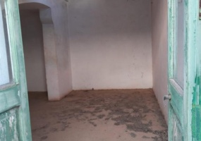 nella foto vediamo una camera di una casa antica in morciano di leuca da ristrutturare con porte tipiche di quel periodo