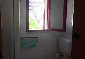 nella foto vediamo un bagno di una casa in vendita in torre pali a 100 metri dalla spiaggia bandiera blu