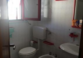 nella foto vediamo un bagno di una casa in vendita in torre pali