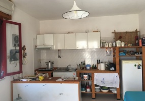 nella foto vediamo una cucina di una casa a 100 metri dalla spiaggia di torre pali