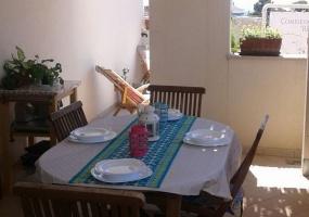 foto di un tavolo esterno con sedie di una casa vacanze in salento precisamente in Santa Maria di Leuca