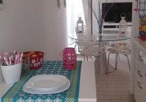 foto del tavolo in una cucina di una casa vacanze in salento precisamente in Santa Maria di Leuca