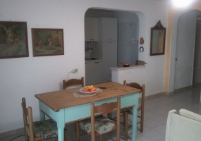 foto del tavolo del soggiorno di un appartamento utilizzato come casa vacanze in salento precisamente in Pescoluse di Salve